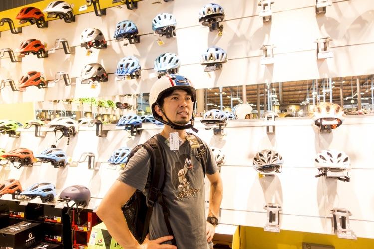 """安っぽいヘルメットの場合は、こんな感じで""""頭に乗っかってる感""""が強く、不自然なことが多い"""