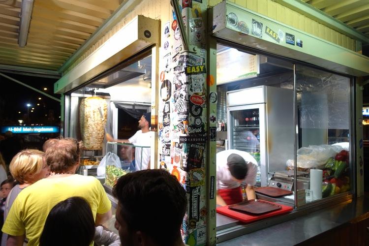 長蛇の列ができるベルリンの人気ケバブ店、ムスタファズ・ゲミューゼ・ケバブで並んでみた! ベルリン
