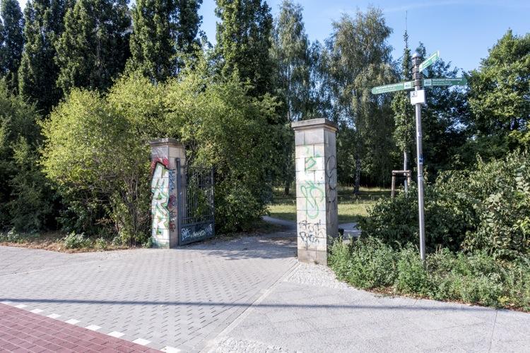 通りに面した公園の門。トラムの駅からも近い