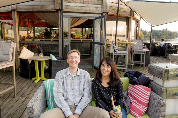 智香さんとご主人のハーディさん。カプート村の湖上のカフェにて