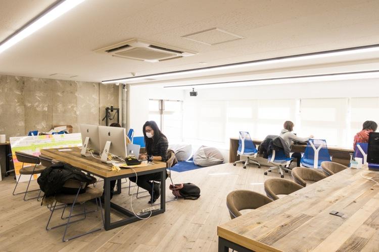 """とにかく明るい新オフィス。マスクして仕事してるのは普段ベルリンで仲良しの""""しょこたん"""""""
